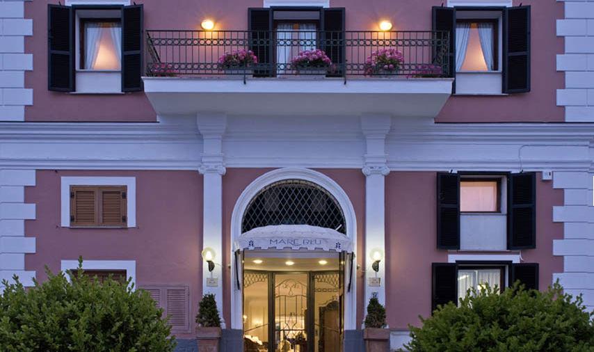 Il frontespizio del nuovo cinque stelle ischitano, l'Hotel Terme Mare Blu