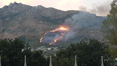 La fase iniziale del tremendo rogo di Ischia in zona Montecorvo e Frassitelli del 4 agosto 2017